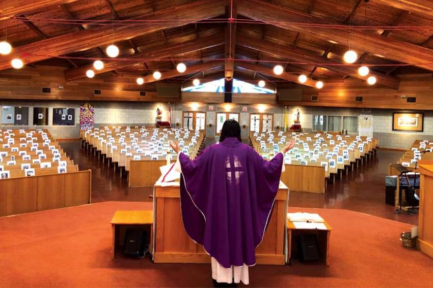 Un sacerdote de Ontario celebra misa con las fotografías de sus feligreses debido al COVID-19
