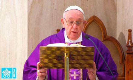 Papa Francisco dice que 'para ver a Dios hay que liberarse de los engaños del corazón'