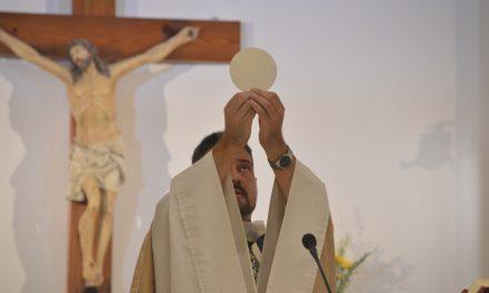 Arquidiócesis de Toronto instruye evitar el abrazo de paz, no tomar el cáliz y recibir la comunión en la mano