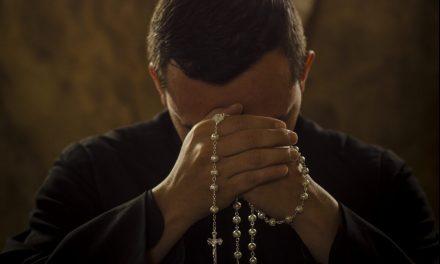 ¿Qué debemos hacer los católicos para sobrevivir del COVID-19? Rezar el rosario en familia y en casa