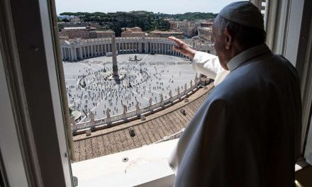 Ángelus: El Papa afirma que 'la caridad cristiana no es simple filantropía' y pide ver a Jesús en el pobre