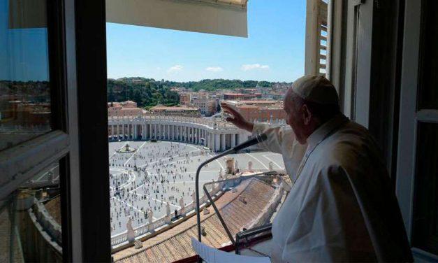 El Papa Francisco en el Ángelus exhorta a 'sumergirse con compasión en la vida de los demás'