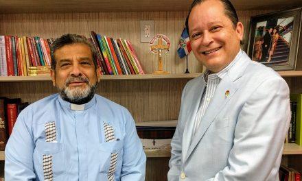 El emotivo encuentro entre dos grandes servidores carismáticos, Luis Espinal y el Padre Juan Triviño